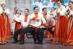 """沃洛格达州,俄罗斯†""""7月4日:俄国民间舞小组表现在街道节日的2015年7月4日, 免版税库存照片"""