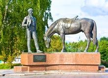 沃洛格达州,俄罗斯- 2016年8月15日:对诗人康斯坦丁Batyushkov的纪念碑 读马的一个人一本书 库存图片