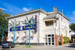沃洛格达州,俄罗斯- 2016年8月15日:现代餐馆在老木俄国房子里 俄国北部在沃洛格达州,俄罗斯 免版税库存图片