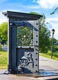 沃洛格达州,俄罗斯- 2016年6月15日:艺术对象`门 在江边的` 库存图片