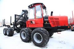 沃洛格达州,俄罗斯- DEC 5 :重的设备俄国森林2013年12月5的陈列日在沃洛格达州 库存照片