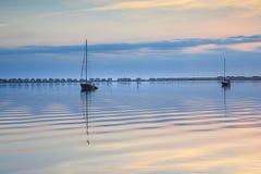 沈默波纹Manteo海湾北卡罗来纳背景 免版税库存照片
