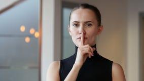 沈默,在妇女的嘴唇的手指在办公室 影视素材