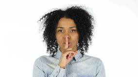 沈默,在嘴唇的手指由黑人妇女 股票录像