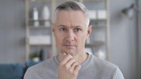 沉思中世纪灰色头发人画象有新的想法 股票视频