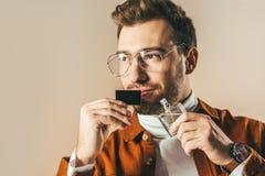 沉思人画象有香水的在看的手上  免版税库存照片