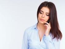 沉思女商人谈话在电话 库存图片