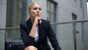 沉思女实业家坐长凳,担心关于麻烦在工作,重音 股票视频