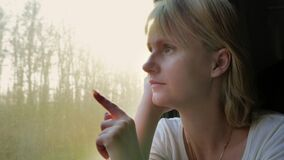 沉思妇女在火车乘坐,由窗口坐 股票视频