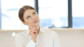 沉思妇女,群策群力 股票视频