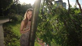 沉思妇女画象有头的胶合了对树 影视素材