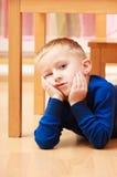沉思或疲乏的男孩儿童孩子画象  情感 胳膊详述她的家庭意图 免版税库存照片