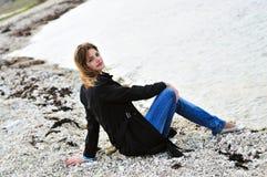 沉思海滩的女孩 库存图片
