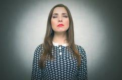 沉思渴望的妇女 寻找解答或新的想法 免版税库存图片