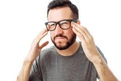 沉思的有胡子的人画象查寻和把手放的灰色T恤杉的在白色背景隔绝的面孔上 库存照片
