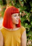 沉思红发妇女在公园 图库摄影