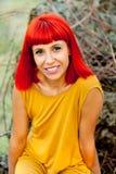 沉思红发妇女在公园 库存图片