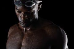 沉思非洲男性游泳者 库存照片