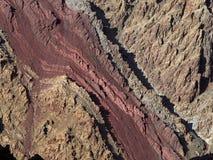 沉淀毛孔Bord条纹在岩石的墙壁的是米黄的 库存图片