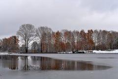 阴沉的冷的10月天在秋天公园 库存图片