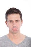 阴沉的易怒的人以郁闷的皱眉 免版税库存图片