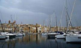 阴沉的晚上在马尔他海岸的地中海 免版税图库摄影