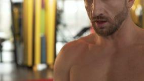 沉重呼吸在做的健身房成员锻炼以后,点头对他的教练员 股票视频