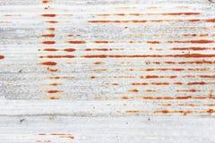 沉重被佩带的红色被剥皮的生锈的墙壁 库存图片