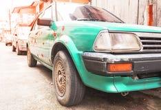 沉重被佩带的绿色被剥皮的生锈的老汽车 免版税库存照片