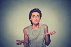 沉默寡言的看的妇女武装耸肩 免版税图库摄影