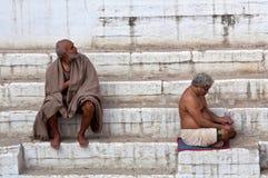 沐浴印度香客二瓦腊纳西 免版税图库摄影