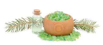 沐浴的绿浪盐在木碗和云杉的分支是 免版税库存图片