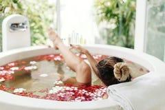 沐浴与花的温泉 免版税库存图片