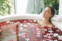 沐浴与花的温泉 免版税库存照片
