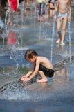沐浴在喷泉小河 免版税图库摄影