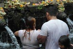 沐浴在圣水寺庙Tirta Empul巴厘岛的崇拜者 库存图片