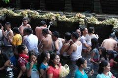 沐浴在圣水寺庙Tirta Empul巴厘岛的崇拜者 库存照片