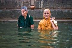 沐浴在圣水,瓦腊纳西,印度的人 免版税图库摄影