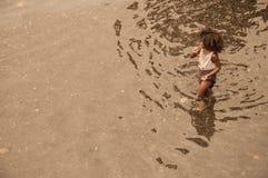 沐浴在地方河的一个年轻非洲孩子 免版税库存照片