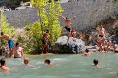 沐浴在山的假日游客放出峡谷Kuzdere,凯梅尔 免版税库存图片