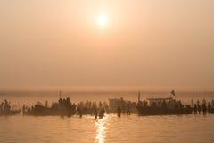 沐浴在恒河在日出,瓦腊纳西,印度的香客 库存图片