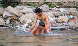 沐浴在恒河的人 免版税库存图片
