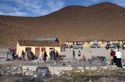 沐浴在撒拉族de Uyuni,玻利维亚温泉城的游人  免版税图库摄影