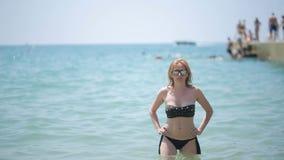 沐浴在海的美丽的女孩 股票录像