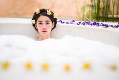 沐浴在温泉浴的妇女 库存照片