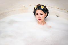沐浴在温泉浴的妇女 免版税库存图片