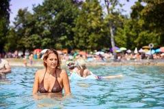 沐浴在湖Attersee的女孩 免版税库存图片