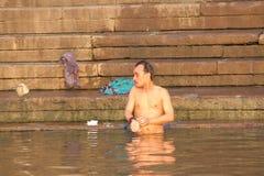 沐浴在瓦腊纳西,印度(恒河)的人们 免版税库存图片