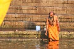 沐浴在瓦腊纳西,印度(恒河)的人们 图库摄影
