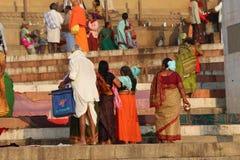 沐浴在瓦腊纳西,印度(恒河)的人们 免版税图库摄影